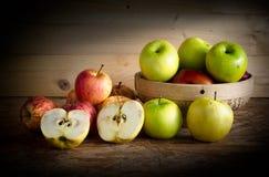 Apple και καλάθι στον ξύλινο πίνακα, Στοκ εικόνες με δικαίωμα ελεύθερης χρήσης