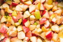 Apple και κομμάτια αχλαδιών, ζάχαρη και σιρόπι σε παν, έτοιμος για το boilin στοκ εικόνα