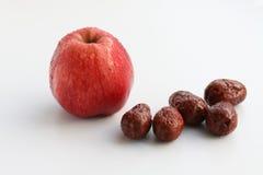 Apple και κόκκινες ημερομηνίες Στοκ εικόνες με δικαίωμα ελεύθερης χρήσης
