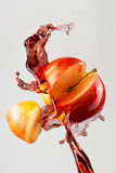 Apple και κόκκινος παφλασμός χυμού που απομονώνονται σε ένα γκρίζο υπόβαθρο Στοκ φωτογραφίες με δικαίωμα ελεύθερης χρήσης