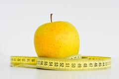 Apple και μέτρηση της ταινίας που προτείνει την έννοια διατροφής Στοκ φωτογραφία με δικαίωμα ελεύθερης χρήσης