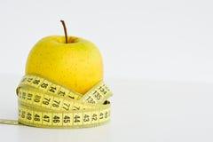 Apple και μέτρηση της ταινίας που προτείνει την έννοια διατροφής Στοκ εικόνα με δικαίωμα ελεύθερης χρήσης