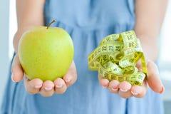 Apple και μέτρηση της ταινίας που προτείνει την έννοια διατροφής Στοκ Εικόνες