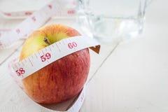 Apple και μέτρηση της ταινίας - υγιής έννοια κατανάλωσης και να κάνει δίαιτα Στοκ Φωτογραφία