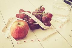 Apple και μέτρηση της ταινίας - υγιεινά κατανάλωση και να κάνει δίαιτα Στοκ φωτογραφίες με δικαίωμα ελεύθερης χρήσης