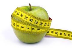 Apple και μέτρο ταινιών - που απομονώνεται στο άσπρο υπόβαθρο - έννοια διατροφής Στοκ Φωτογραφίες