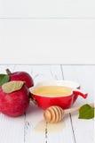 Apple και μέλι, παραδοσιακά τρόφιμα του εβραϊκού νέου έτους - Rosh Hashana Υπόβαθρο Copyspace Στοκ εικόνα με δικαίωμα ελεύθερης χρήσης