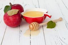 Apple και μέλι, παραδοσιακά τρόφιμα του εβραϊκού νέου έτους - Rosh Hashana Υπόβαθρο Copyspace Στοκ Εικόνες