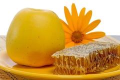 Apple και μέλι στη χτένα στο λευκό Στοκ φωτογραφίες με δικαίωμα ελεύθερης χρήσης