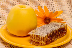 Apple και μέλι στη χτένα Στοκ φωτογραφία με δικαίωμα ελεύθερης χρήσης