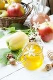 Apple και μέλι στον ελαφρύ ξύλινο πίνακα Στοκ εικόνες με δικαίωμα ελεύθερης χρήσης