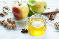 Apple και μέλι στον ελαφρύ ξύλινο πίνακα Στοκ Φωτογραφίες