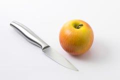 Apple και μαχαίρι στο λευκό Στοκ Φωτογραφία