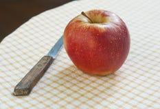 Apple και μαχαίρι Στοκ Φωτογραφίες