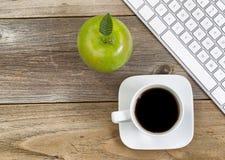 Apple και μαύρος καφές με το πληκτρολόγιο υπολογιστών για το σχολείο ή το offi Στοκ φωτογραφία με δικαίωμα ελεύθερης χρήσης