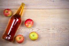 Apple και μηλίτης αχλαδιών στο αγροτικό ξύλινο υπόβαθρο Στοκ φωτογραφία με δικαίωμα ελεύθερης χρήσης