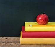 Apple και μολύβι στο σωρό των βιβλίων Στοκ εικόνες με δικαίωμα ελεύθερης χρήσης