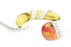 Apple και μπανάνα με τη μέτρηση της ταινίας Στοκ φωτογραφία με δικαίωμα ελεύθερης χρήσης