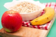 Apple και μπανάνα με τις νιφάδες βρωμών Στοκ εικόνα με δικαίωμα ελεύθερης χρήσης