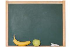 Apple και μπανάνα μπροστά από έναν πίνακα Στοκ εικόνες με δικαίωμα ελεύθερης χρήσης