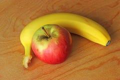 Apple και μπανάνα Στοκ φωτογραφία με δικαίωμα ελεύθερης χρήσης