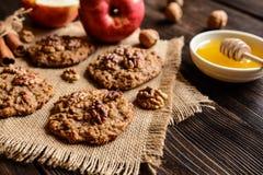 Apple και μπισκότα ξύλων καρυδιάς Στοκ Φωτογραφία