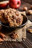 Apple και μπισκότα ξύλων καρυδιάς Στοκ Εικόνες