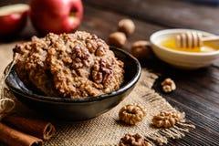 Apple και μπισκότα ξύλων καρυδιάς Στοκ Εικόνα