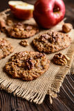 Apple και μπισκότα ξύλων καρυδιάς Στοκ Φωτογραφίες