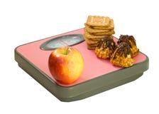 Apple και μπισκότο στην κλίμακα πατωμάτων Στοκ εικόνες με δικαίωμα ελεύθερης χρήσης