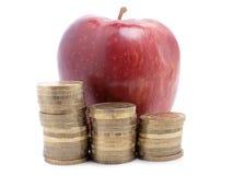 Apple και νομίσματα Στοκ φωτογραφίες με δικαίωμα ελεύθερης χρήσης