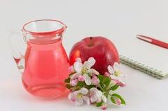 Apple και ξίδι μήλων που διακοσμείται με τα λουλούδια Στοκ Φωτογραφίες