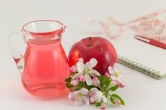Apple και ξίδι μήλων που διακοσμείται με τα λουλούδια Στοκ Εικόνα