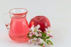 Apple και ξίδι μήλων που διακοσμείται με τα λουλούδια Στοκ Εικόνες