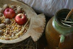 Apple και ξύλα καρυδιάς σε ένα παλαιό ξύλινο καλάθι Στοκ φωτογραφίες με δικαίωμα ελεύθερης χρήσης
