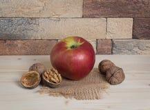 Apple και ξύλα καρυδιάς Στοκ φωτογραφία με δικαίωμα ελεύθερης χρήσης