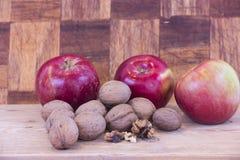 Apple και ξύλο καρυδιάς Στοκ Εικόνες