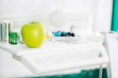 Apple και οδοντικός εξοπλισμός Στοκ φωτογραφία με δικαίωμα ελεύθερης χρήσης