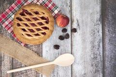 Apple και πίτα του Blackberry σε ένα ξύλινο υπόβαθρο Στοκ Φωτογραφίες