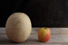 Apple και πεπόνι με το μαύρο υπόβαθρο Στοκ Εικόνες