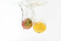 Apple και πορτοκάλι που εμπίπτουν στο νερό Στοκ εικόνα με δικαίωμα ελεύθερης χρήσης