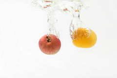 Apple και πορτοκάλι που εμπίπτουν στο νερό Στοκ εικόνες με δικαίωμα ελεύθερης χρήσης