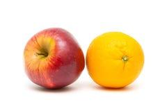 Apple και πορτοκαλής στενός επάνω σε ένα άσπρο υπόβαθρο Στοκ Φωτογραφίες