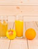 Apple και πορτοκαλής φρέσκος χυμός Στοκ φωτογραφία με δικαίωμα ελεύθερης χρήσης