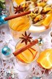 Apple και πορτοκαλί ποτό με τα καρυκεύματα για τα Χριστούγεννα Στοκ φωτογραφία με δικαίωμα ελεύθερης χρήσης