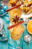 Apple και πορτοκαλί ποτό με τα καρυκεύματα για τα Χριστούγεννα Στοκ εικόνες με δικαίωμα ελεύθερης χρήσης