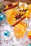 Apple και πορτοκαλί ποτό με τα καρυκεύματα για τα Χριστούγεννα Στοκ εικόνα με δικαίωμα ελεύθερης χρήσης