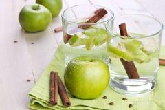Apple και ποτά κανέλας Στοκ Εικόνες