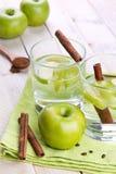 Apple και ποτά κανέλας Στοκ εικόνα με δικαίωμα ελεύθερης χρήσης