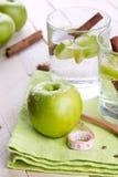 Apple και ποτά κανέλας Στοκ φωτογραφία με δικαίωμα ελεύθερης χρήσης